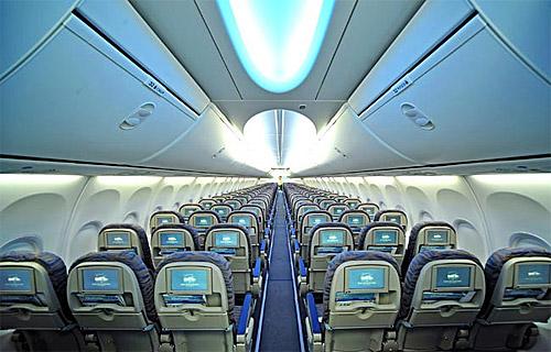 Благодаря самой современной отделке интерьеров самолетов,салон Boeing 737-800 светлый и просторный.