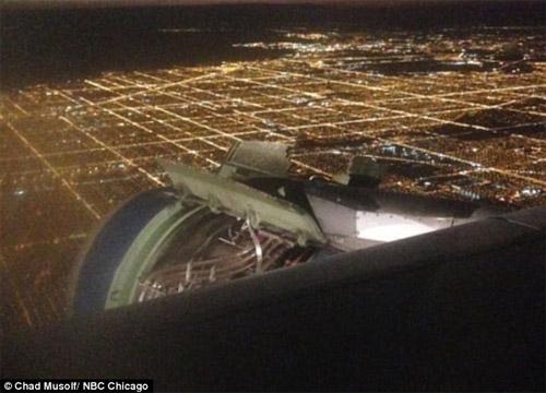 Самолет Airbus A319 без кожуха двигателя в полете