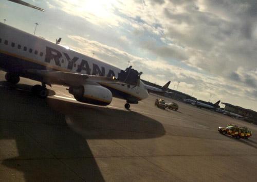 Один из пассажиров, летевших в Варшаву, опубликовал фотографии поврежденного крыла прилетевшего самолета