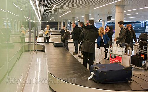Багаж пассажиров на ленте в аэропорту