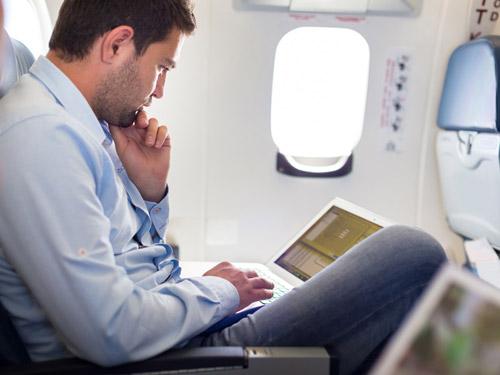 Пассажир с ноутбуком на борту самолета