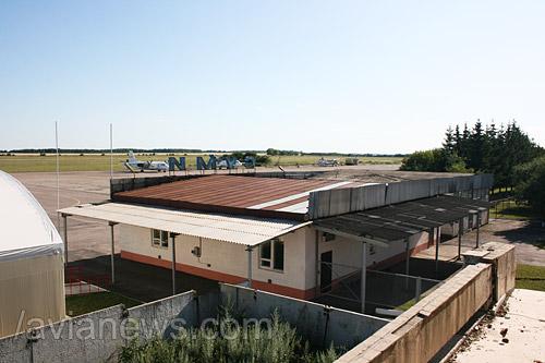 В начале 2000-х из аэропорта Сумы непродолжительное время выполнялись рейсы в Симферополь. Были предприняты попытки по организации чартерных рейсов в Анталию, однако любое начинание быстро сворачивалось.