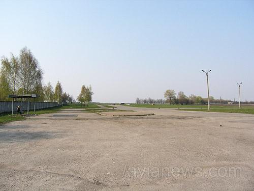 Привокзальная площадь и остановка автобусов перед новым терминалом аэропорта Сумы.