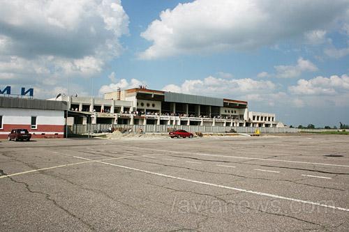 Новое здание терминала аэропорта Сумы, разрушенное вандалами, со стороны летного поля.