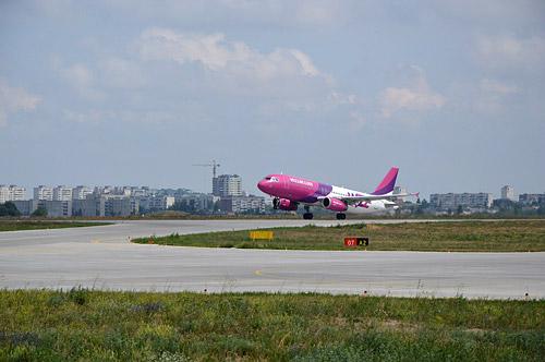Взлет самолета авиакомпании Wizz Air Украина из аэропорта Харьков