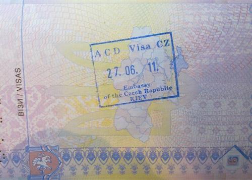 Международные авиалинии Украины теперь возвращают полную стоимость авиабилетов за вычетом сервисного сбора пассажирам, которым отказали в визе