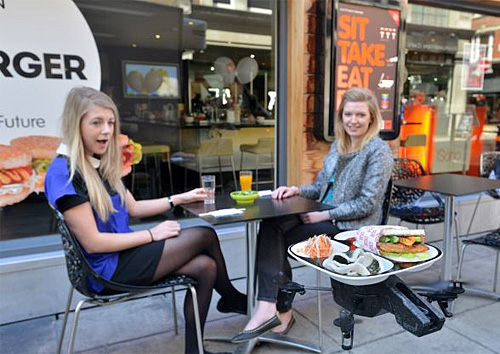 В лондонском суши-ресторане сети Yo! Sushi заказанную еду посетителям начали подавать не официанты, а вертолеты