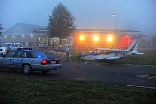 Небольшой самолет Piper Cherokee совершил вынужденную посадку на автостоянку неподалеку от аэропорта Шеннон (США) из-за недостатка топлива