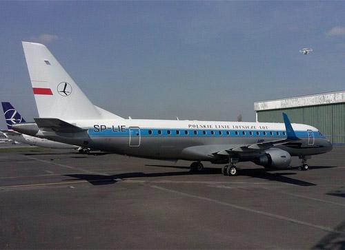 Польская авиакомпания LOT перекрасила самолет Embraer 175 в ретро-ливрею, которая использовалась авиаперевозчиком с 1945 по 1973 год.