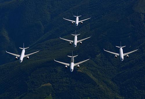 Во время 15-месячных испытаний Airbus задействовал пять тестовых авиалайнеров, которые успели налетать около 2 600 часов (на фотографии самолеты совершают общий демонстрационный полет)