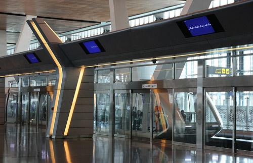 Поезд, который курсирует по терминалу в аэропорту Дохи