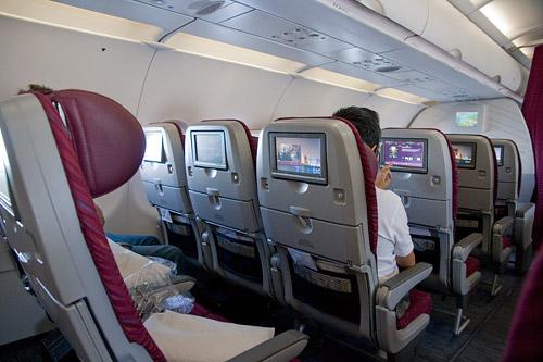 Каждое кресло в самолетах Qatar Airways имеет экран индивидуальной системы развлечений