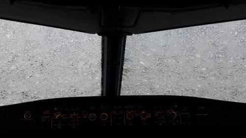 стекло к кабине пилотов стало непрозрачным после повреждения градом. Фото: Atlasjet Ukraine