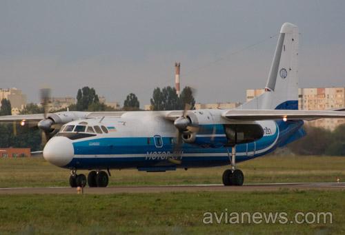 Самолет Ан-24 Мотор Сич в аэропорту Жуляны