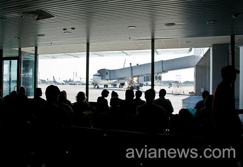 Пассажиры в ожидании посадки в самолет