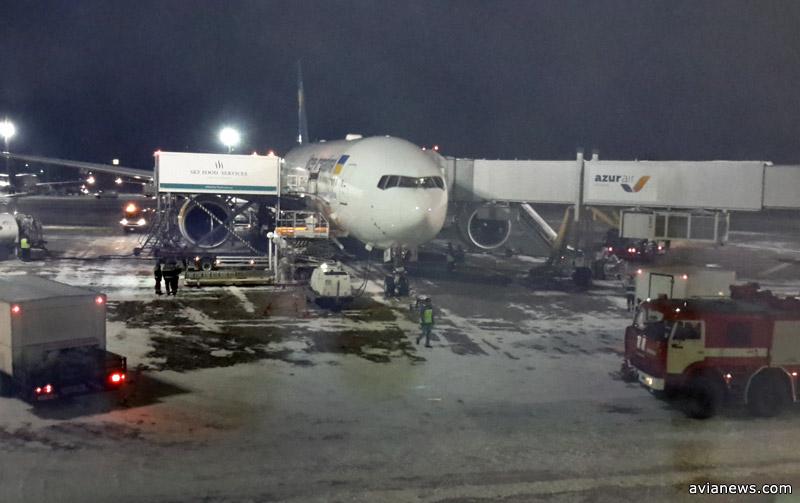 Boeing 777-200ER МАУ готовят в Борисполе к вылету в Бангкок