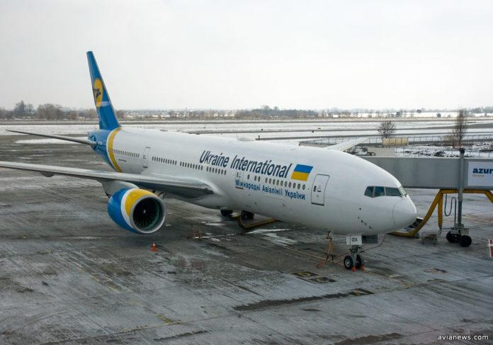 На фюзеляже Boeing 777-200ER установлена спутниковая антенна, которая позволяет пассажирам МАУ выходить в интернет во время полета