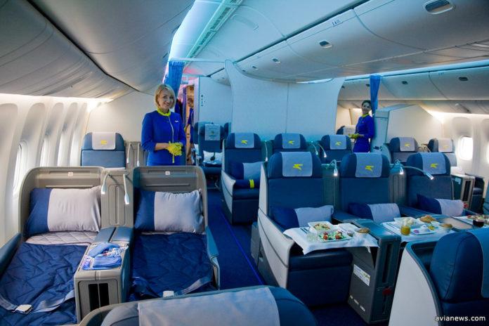 В салоне бизнес-класса Boeing 777-200ER МАУ кресла размещены по схеме 2+3+2