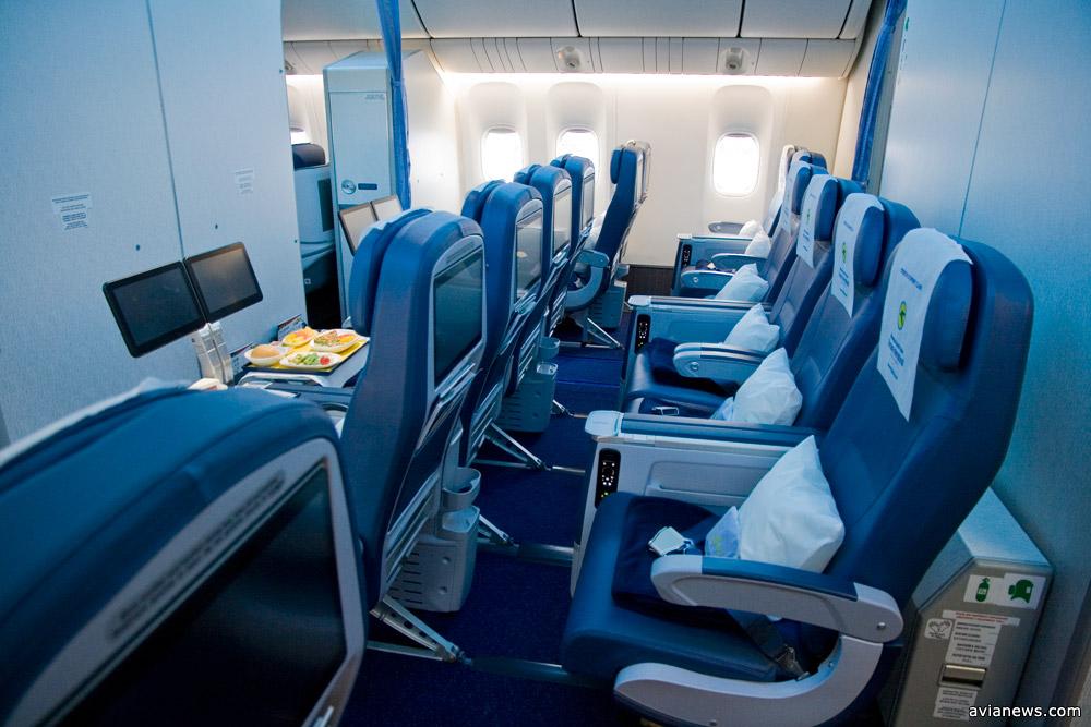 Салон премиального эконом-класса на Boeing 777-200ER МАУ