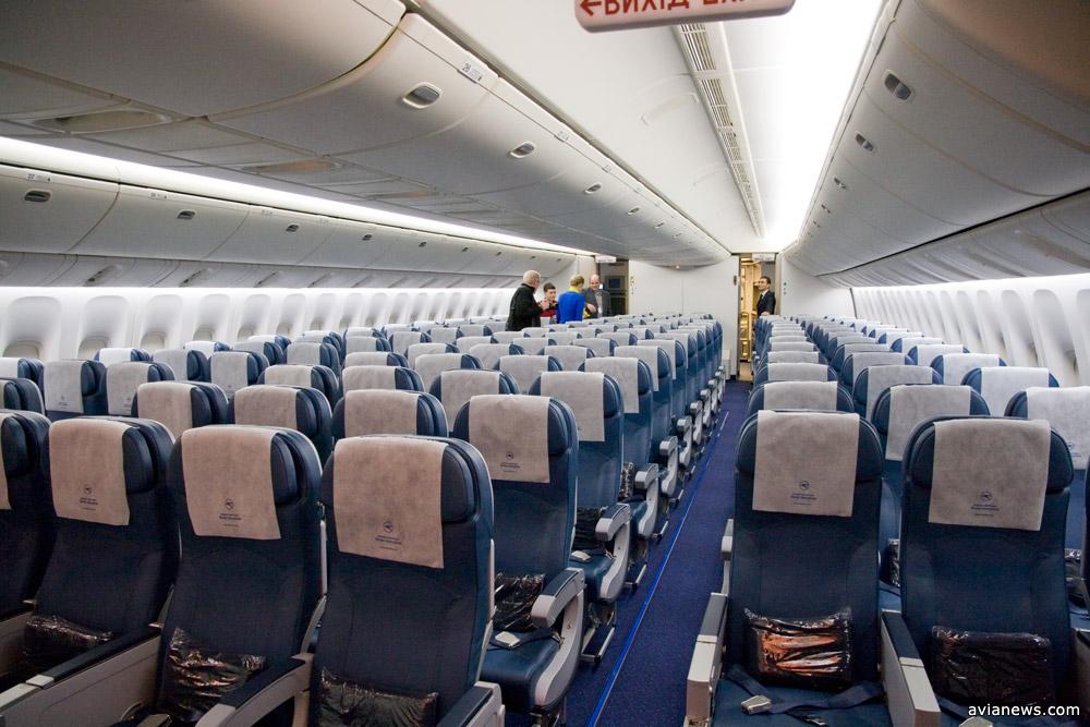 Один из салонов эконом-класса МАУ на борту Boeing 777-200ER. Кресла размещены по схеме 3+4+3