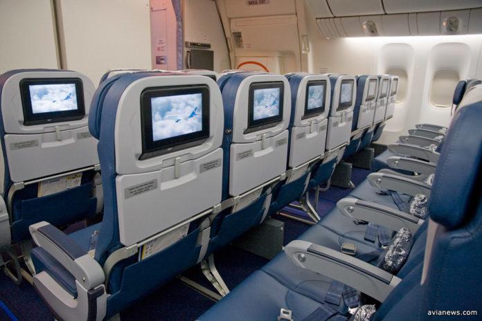 Кресла во всех классах на борту Boeing 777-200ER МАУ оснащены экранами развлекательной системы. Фото: avianews.com