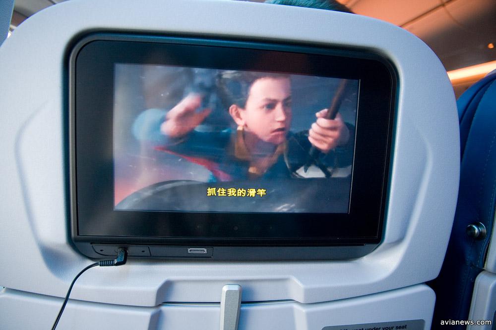 Экран развлекательной системы в эконом классе. Оснащен USB-портом для подзарядки и обычным разъемом для подключения наушников