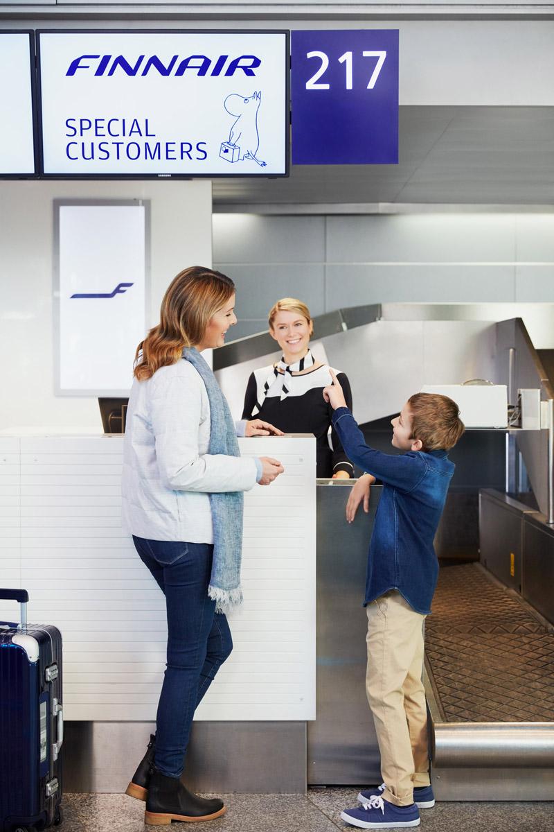 Изображение мумий-тролля над стойкой регистрацией Finnair в аэропорту. Фото: Finnair