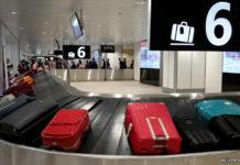 Чемоданы пассажиров на багажной ленте в аэропорту