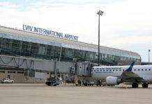 Самолет Embraer 190 МАУ в аэропорту Львов. Фото: avianews.com