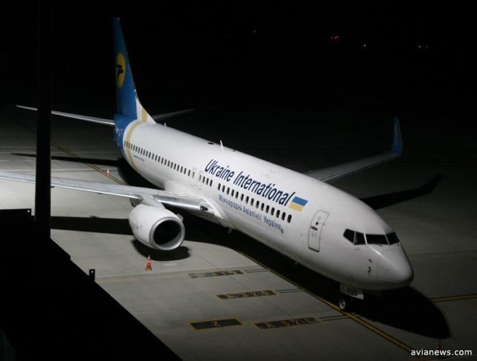Boeing 737 МАУ во время ночной стоянки в аэропорту