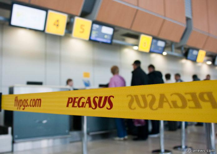 Пассажиры Pegasus Airlines регистрируются на рейс в аэропорту