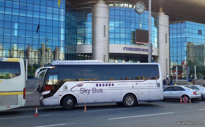 Автобус Skybus у Южного железнодорожного вокзала в Киеве