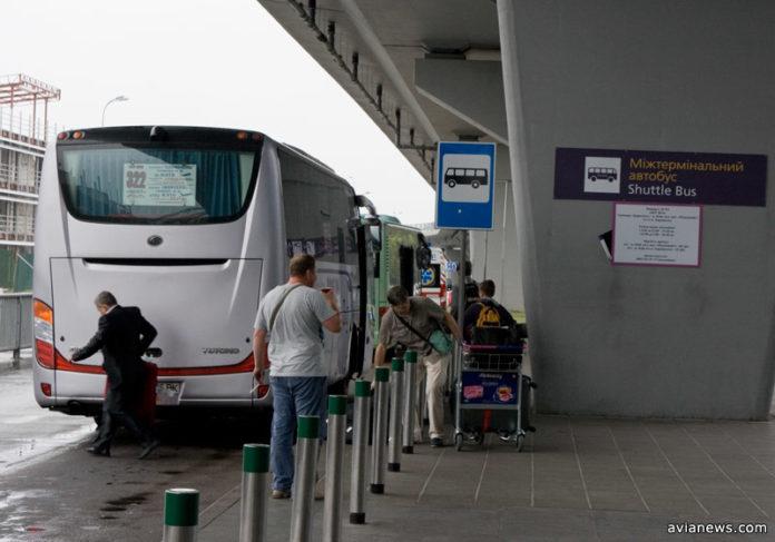 Автобус Skybus около терминала D в аэропорту Борисполь