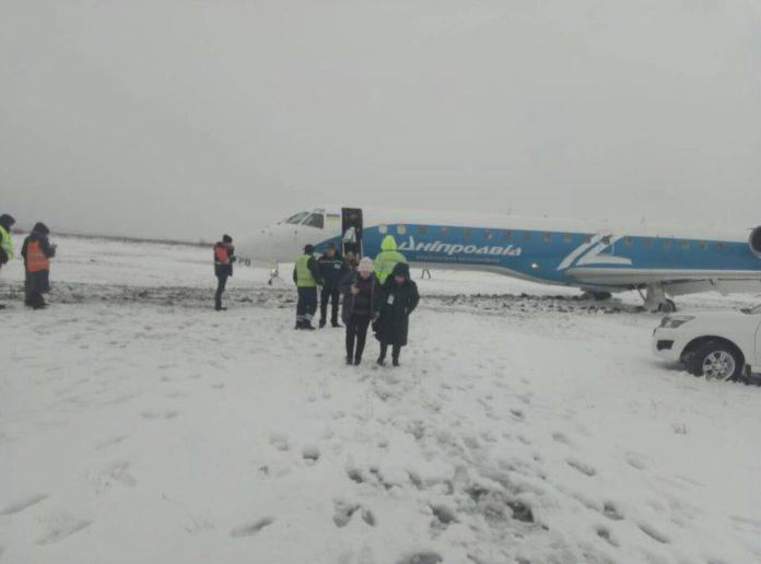 Выкатившийся в аэропорту Запорожье Embraer 145