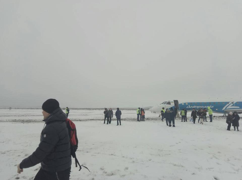 """Выкатившийся в аэропорту Запорожье Embraer 145 """"Розы Ветров"""""""