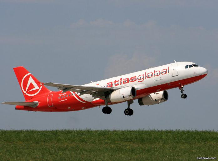 Взлет самолета А320 в ливрее Atlasglobal, выполняющего рейс Atlasjet Ukraine