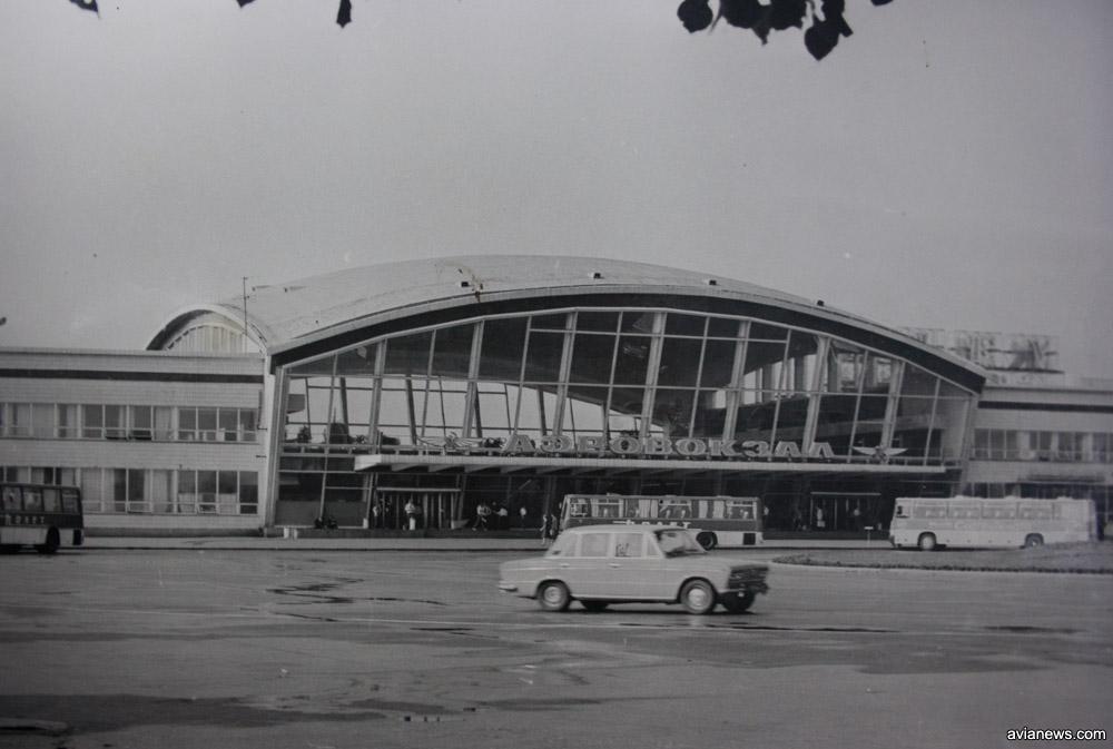 Автобусы Полет на привокзальной площади у терминала Б
