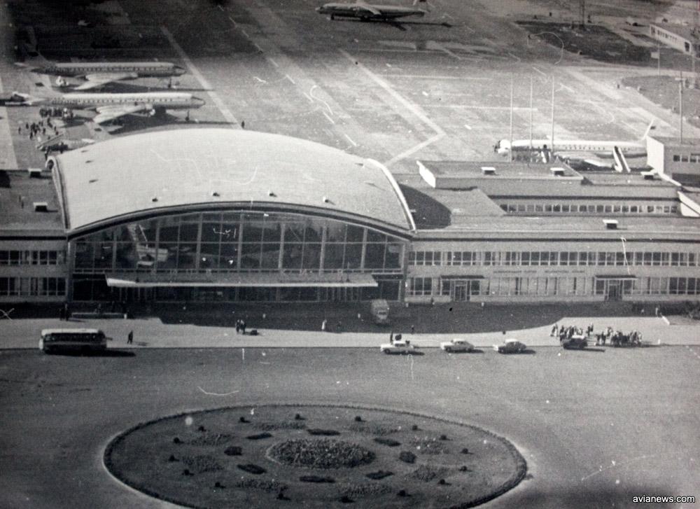 Вид на терминал Б с привокзальной площади
