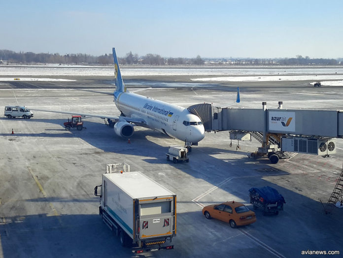 Boeing 737-800 МАУ UR-PST у телетрапа в аэропорту Борисполь