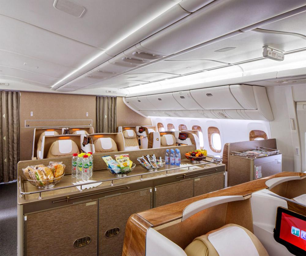 Общественная зона в бизнес-классе на борту Boeing 777-200LR Emirates