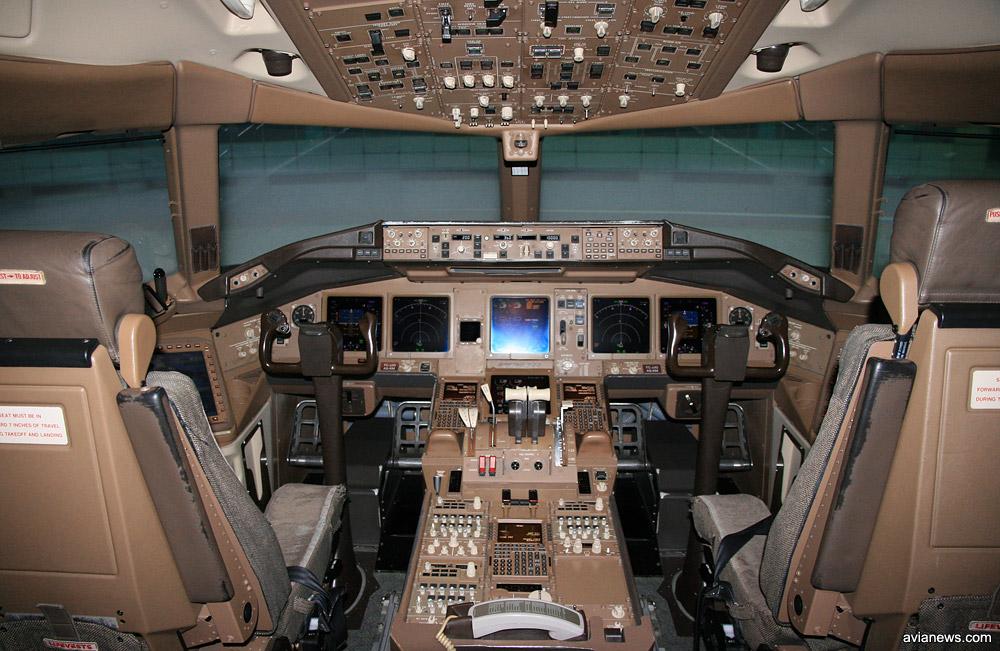 Симулятор полета изнутри выглядит как полноценная кабина пилотов