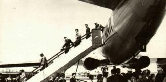 Пассажиры выходят из прилетевшего в аэропорт Борисполь самолета Ту-104