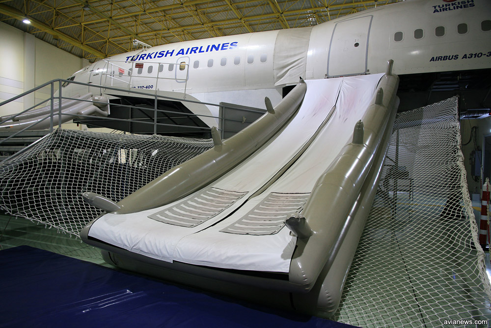 Аварийный надувной трап для экстренной эвакуации из самолета