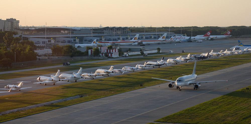 Рулужная дорожка в аэропорту Борисполь, которая временно использовалась как стоянка для самолетов бизнес-авиации во время финала Евро 2012 в Киеве