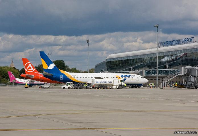 Перрон с самолетами в аэропорту Львов