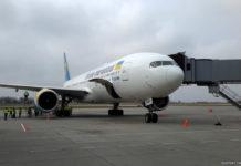 Boeing 777-200ER МАУ у телетрапа в аэропорту Львов