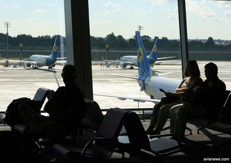 Пассажиры ожидают вылета рейсом МАУ.
