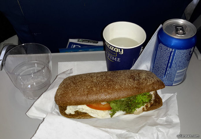 Панини с курицей и помидором/ Платное питание МАУ. Фото: avianews.com