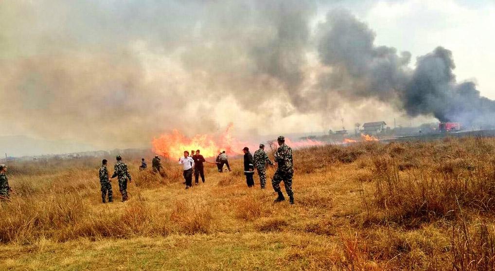 Пожар на месте катастрофы в аэропорту Катманду. Фото: https://twitter.com/IsarojB