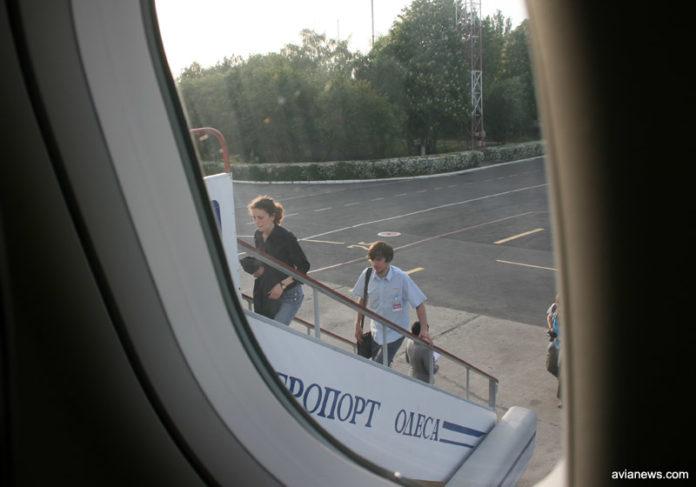 Пассажиры садятся в самолет в аэропорту Одесса